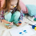 atelier creatif pour les petits petite fille qui peind