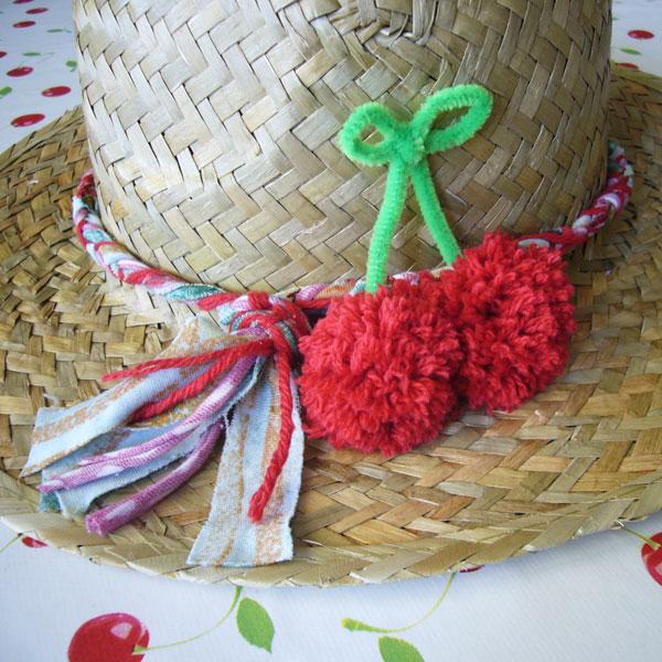 diy-customisation-chapeau-paille-pompon-cerise