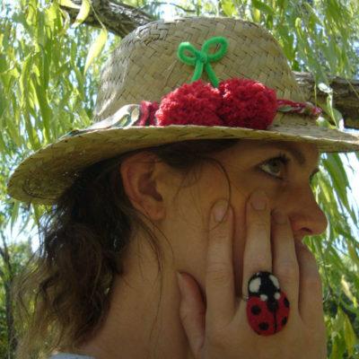 diy-customisation-vieux-chapeau-paille-pompon-cerise