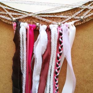 Rubans et laine accrochés