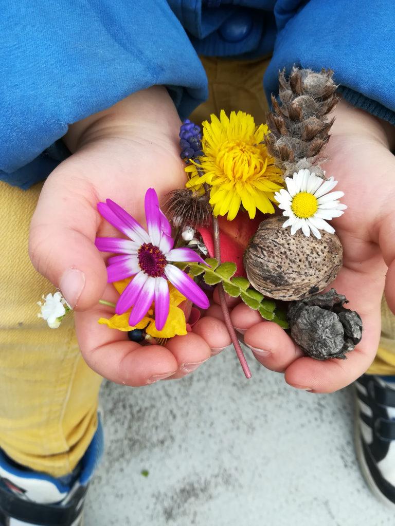 fleurs mains enfant