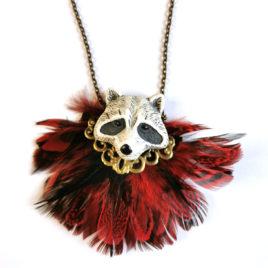 collier animal totem raton laveur plumes